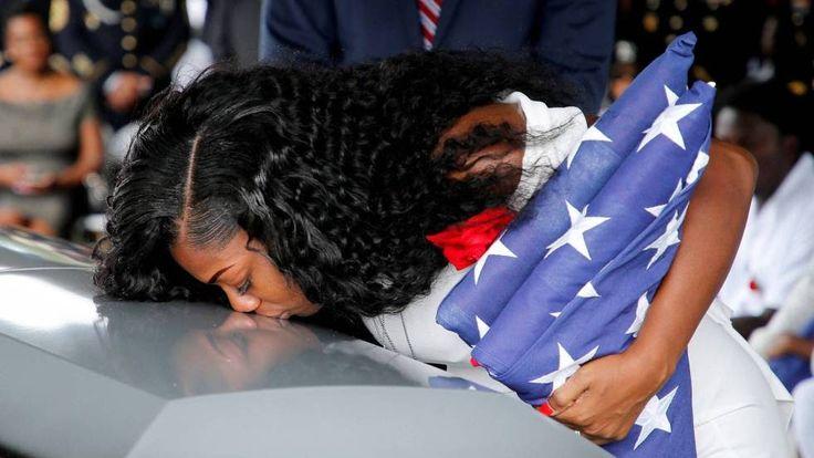 """Un soldado muerto, una viuda rota y un país desconcertado con su presidente. Donald Trump se ha topado con un muro más alto que su propia ceguera. Se trata de Myeshia Johnson, esposa del sargento La David Johnson, fallecido en combate. Con voz firme, la mujer ha puesto contra las cuerdas al presidente al recordar la terrible llamada de condolencia que recibió. """"Me dijo que mi marido sabía a lo que iba, me hizo daño y me hizo llorar. Ni siquiera se acordaba de su nombre"""", ha sentenciado."""