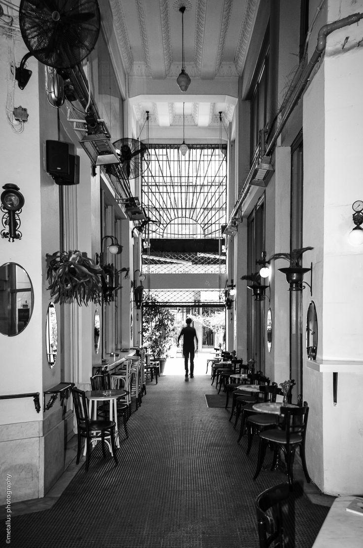Μπαράκι στην Βαλαωρίτου και στο βαθος ανθρωπινη φιγούρα , Θεσσαλονικη , Ελλαδα./ Bar at Valaoritou and a man is walking, Thessaloniki , Greece