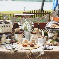 сладкий стол, гирлянда из флажков, мешковина, рустик, мед, орешки, вафли, летняя свадьба