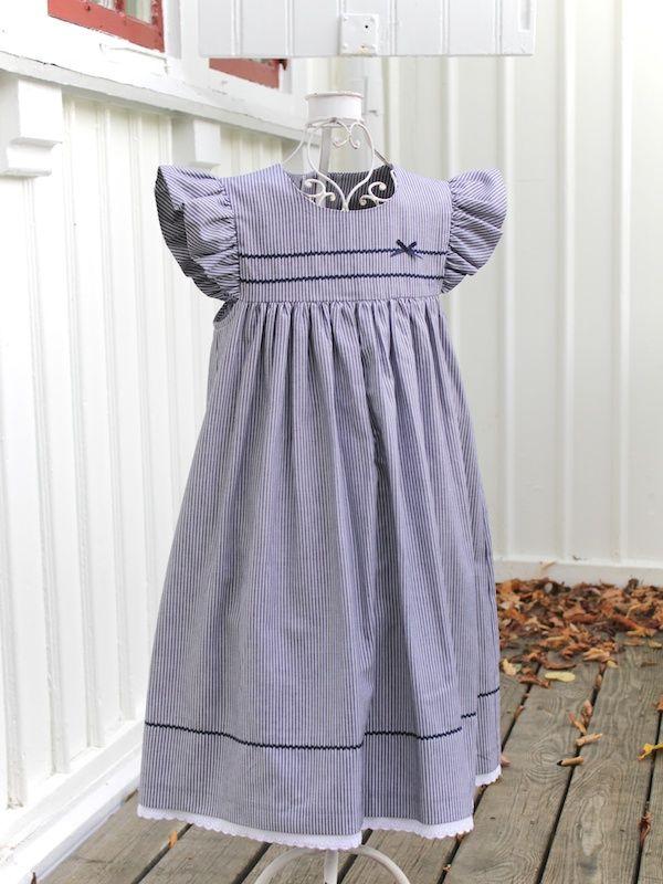 Brudnäbb klänning vackert blå vit randig. - 100 Years