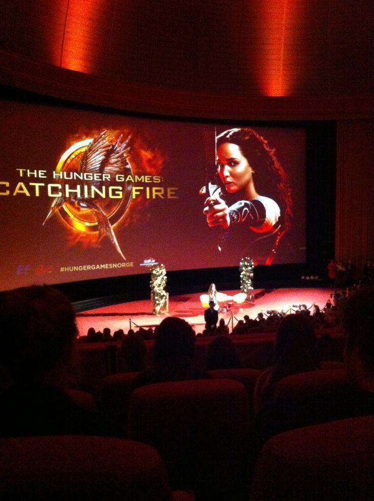 Endelig i kinosalen! Stativene er foran skjermen og vi skal se filmen om ikke lenge.