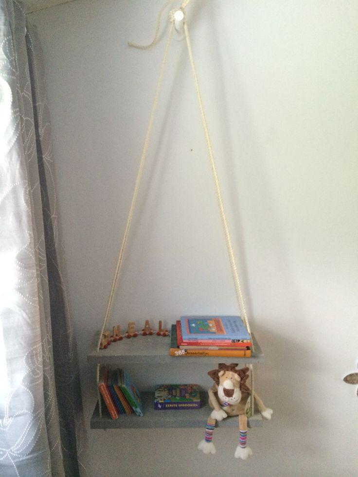 stang van een gordijnroede. touw en plank steigerhout, gaten in boren, knopen en ophangen