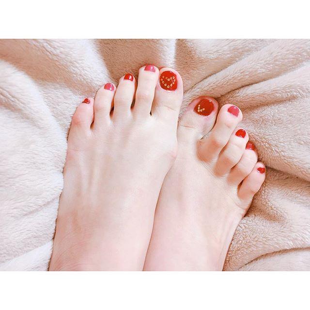 . . 今回は納得のいく出来ではなかったので、遠目で。。 赤の2色使いです🍎🍓🍒 . #ネイル #nail #nails #ジェルネイル #gelnail #gelnails #セルフネイル #selfnail #newnails #rednails #赤 #red #ネイルアート #nailart #nailfashion #ファッション #fashion #instanail #instanails #nailstagram #ペディキュア #pedicure #ハート #スタッズ #美容 #beauty #自分磨き
