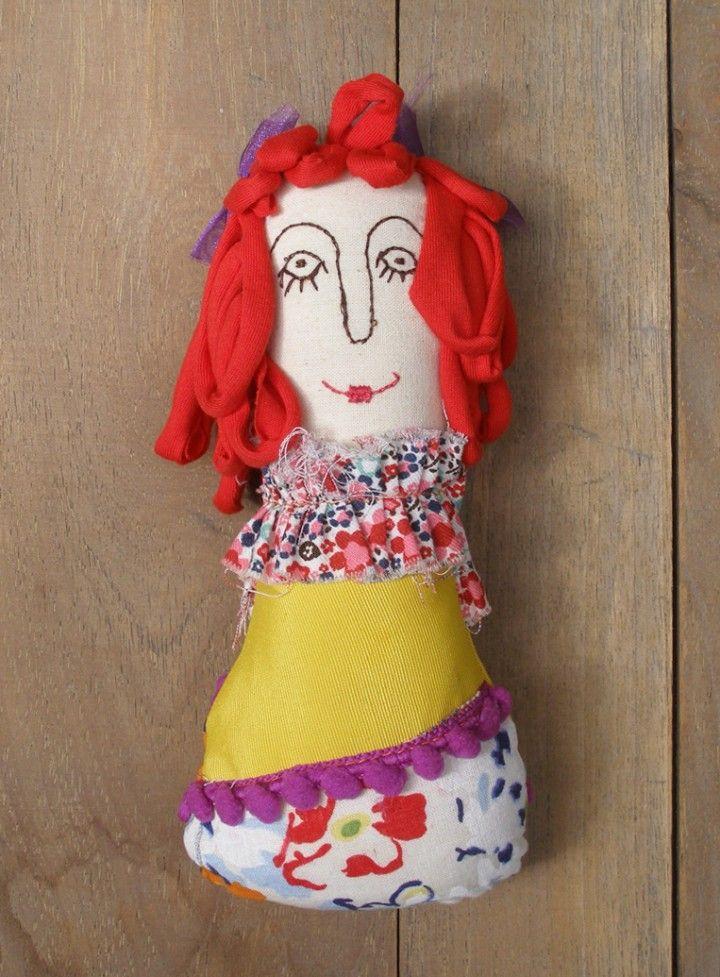 Piezas únicas! Cada muñeca es diferente y lleva su nombre propio. Confeccionadas y bordadas a mano, con pedacitos de tela reciclada, cintas, botones, cordoncitos y mucho amor. Eco-Artesana: Almendra. Medidas: 20 cm de altura.