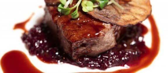 Deze hertenbiefstuk met portsaus is eenperfect kersthoofdgerecht, maar ook heerlijk voor inandere diners. bekijk het recept.