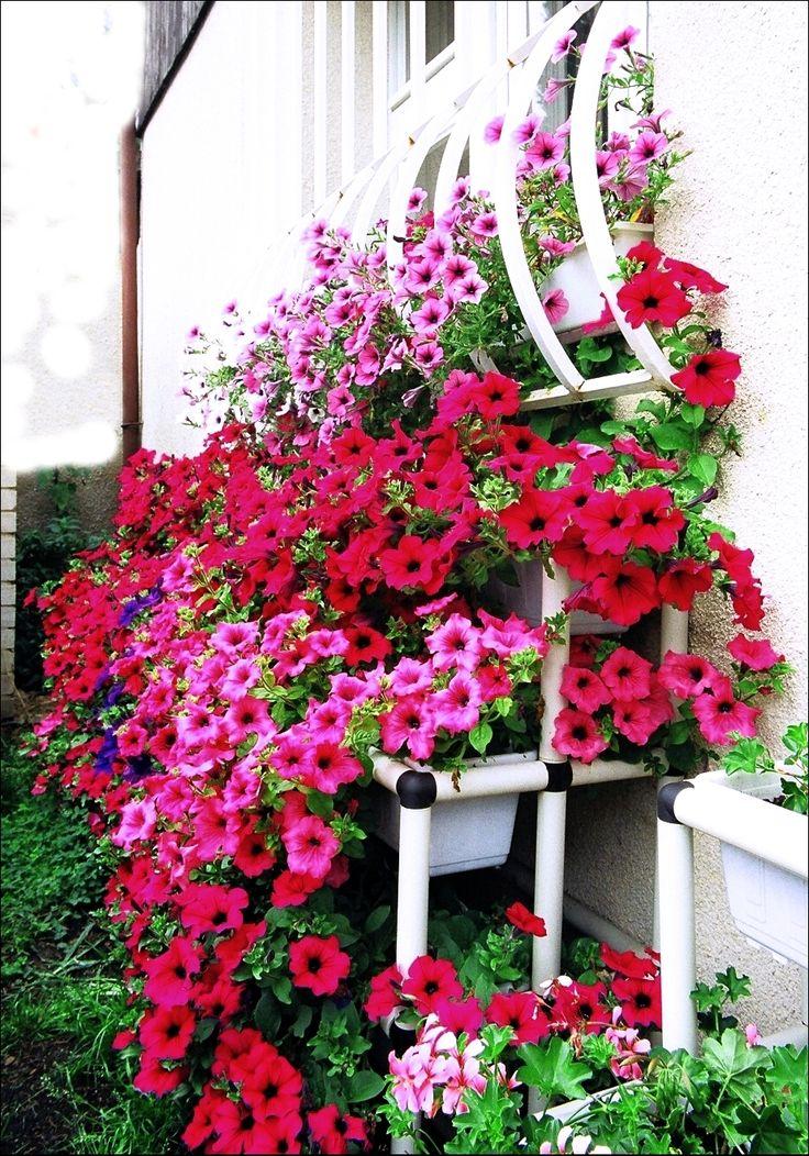 """Regálový """"Květinopád"""" vyrobený z trubkové stavebnice Rollpa."""