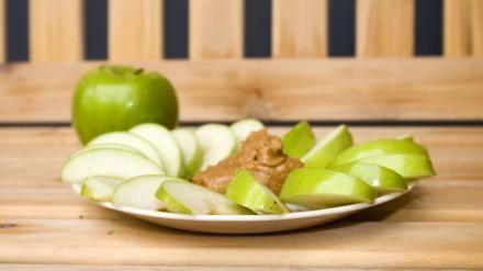 EPLEBÅTER MED PEANØTTSMØR: Skjær opp noen eplebåter og smør på litt usaltet peanøttsmør - en perfekt og kalorifattig snack (så fremt du ikke bruker FOR mye peanøttsmør!).