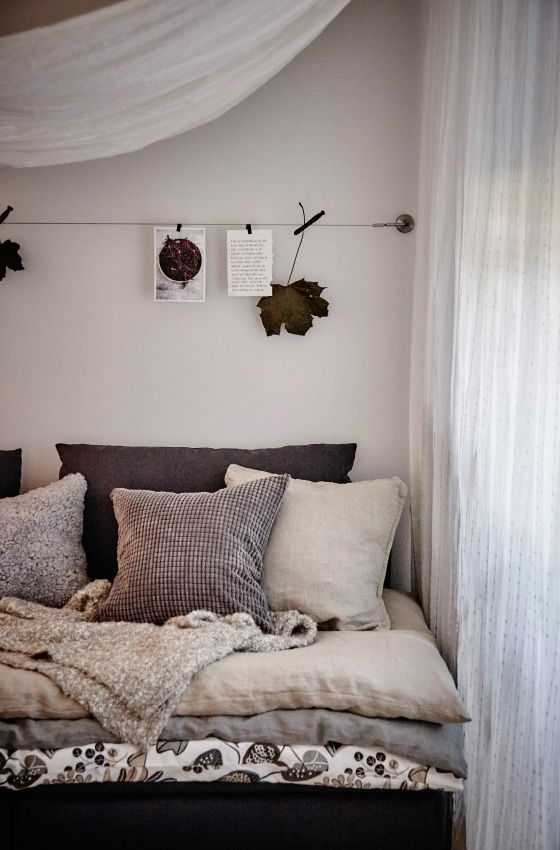 Besonders lieben wir momentan kleine Kokons, die wir z. B. mit MATILDA Gardinenstore/Paar in Weiß, jeder Menge Kissen und kuscheligen Decken einrichten.