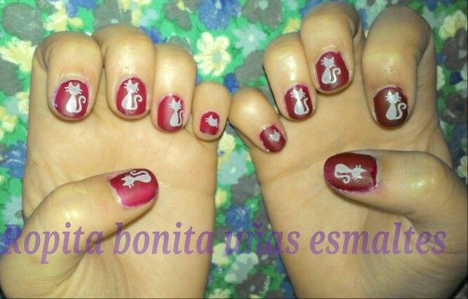 Gatos grises en fondo rojo matte, nail art, diseño uñas
