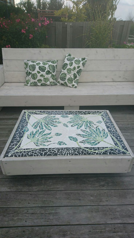 Leuk om dit zelf te maken,steigerhoute bank en tafel.kussens en het patroon in de tafel terug te laten komen in mozaïek. Zo krijg je je eigen bijzondere plekje.