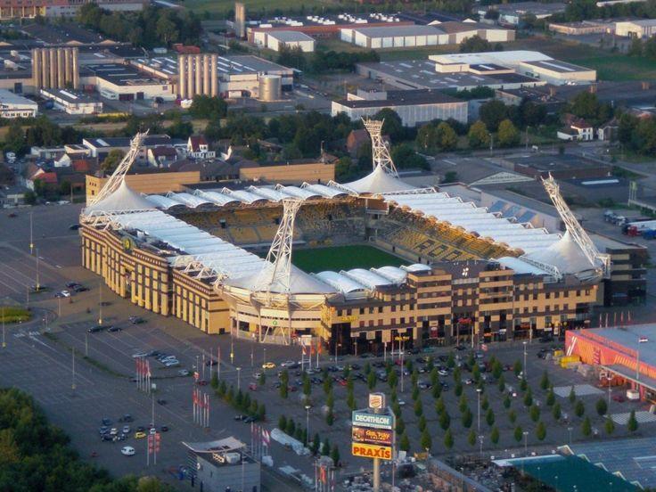 Parkstad Limburg Stadion, Kerkrade Países Bajos. Capacidad 19,979 espectadores, Equipo local Roda JC Kerkrade.