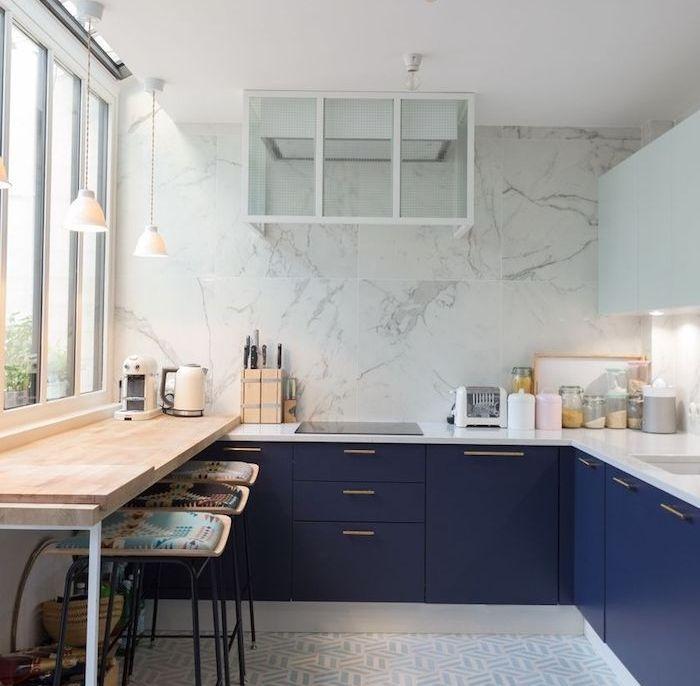 Modele De Cuisine Angle Avec Meuble Bas Bleu Marine Et Plan De