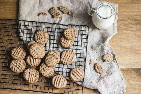 Skořicové sušenky můžete zdobit vidličkou, razítky nebo je nechat jako holá kolečka, chutnat budou vždy skvěle :-)