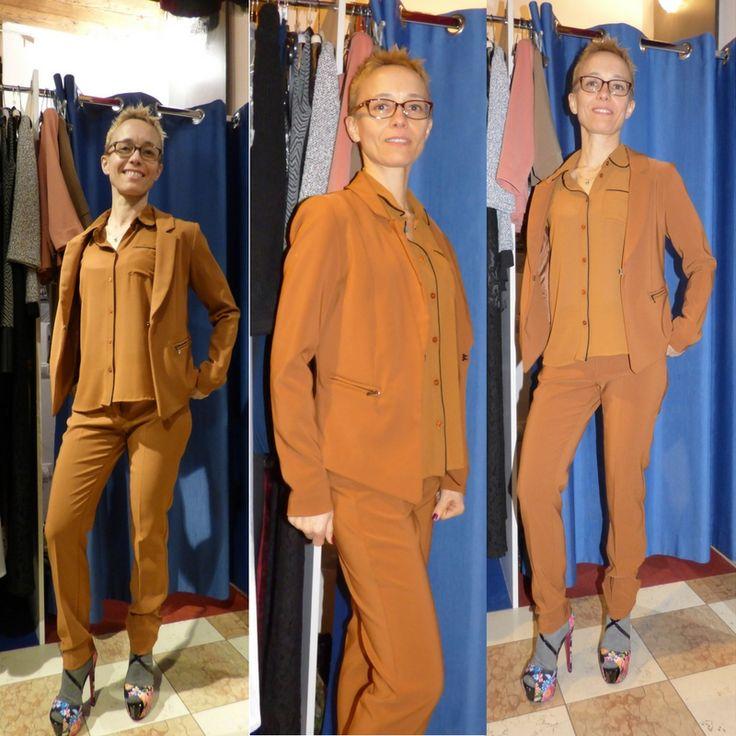 Tailleur giacca e pantaloni elegante Mivite Italia  Tailleur giacca e pantaloni elegante    Mivite Italia    Colore senape    Taglia unica s/m    Made in Italy  https://www.lorcastyle.it