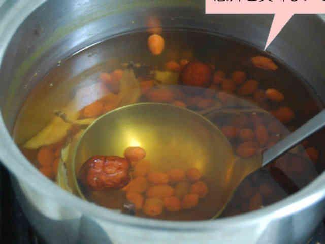 風邪や喘息に紅棗(ナツメ)の甘いスープ     材料が手に入ったら、 自宅でも簡単に出来る薬膳。 肺にいいスープです。 reachia    材料 (3日分) 紅棗(ナツメ) 3~4個 クコの実 大匙1 オウギ 3~4枚程度。 黒砂糖 大匙1 水 600cc程度 作り方 1  棗、クコの実以外に、オウギ(黄耆)を使います。他の漢方食材と間違えやすいので気をつけてください。 2 あらかじめ、水に晒しておいてクコの実と綺麗に拭いておいたオウギ、ナツメを鍋に入れて弱火で煮込みます。 3 段々色づいてきたら、砂糖を加えて(煮込みすぎると苦味が出ます)火を止め、冷ましてください。 4 上澄みのスープをとり、コップに1日2杯程度飲むと効果的です。 コツ・ポイント レシピの生い立ち  気管が弱いけど、薬は飲みたくない、自然に治癒力を付けたいと思い、台湾の漢方屋で聞いて作りました。  投薬中のかた、妊娠中の方は  薬膳の摂取を医師に相談してください。 レシピID:1289225