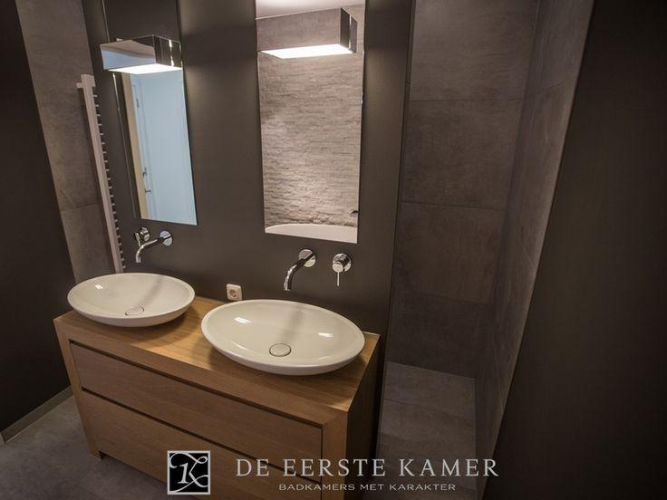(De Eerste Kamer) Een staand houten badkamermeubel tegen een voorzetwandje. Achter het wandje kan gebruik gemaakt worden van de fraaie inloopdouche. Meer inspiratie vindt u op www.eerstekamerbadkamers.nl