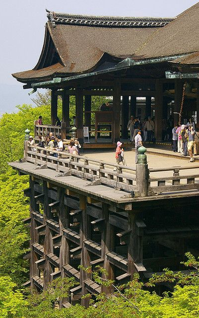 Japan: El balcó dels desitjos / The stage of the wishes. The problem is that, to have your wishes fulfilled, you must jump! Now it's forbidden, but in Meiji Era more than 250 people did that, and curiously, more than 85% survived.