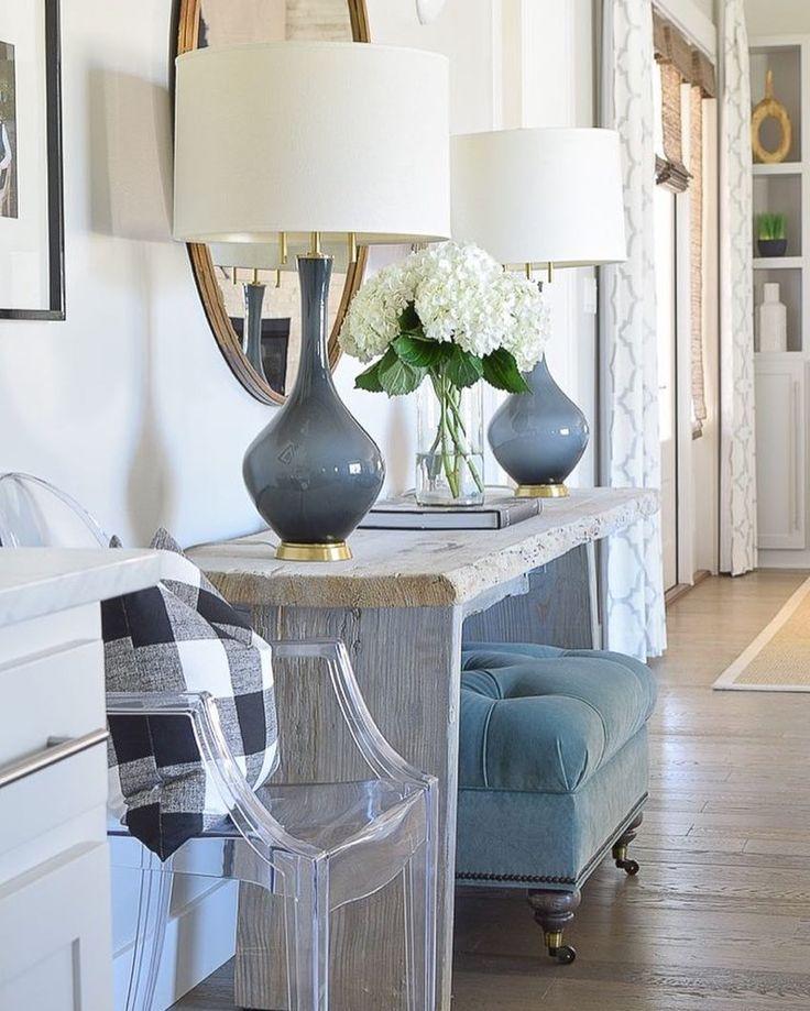 """Det här """"inredningsreceptet"""" stöter jag ganska ofta på, och jag älskar det! Ingredienserna förblir oförändrade, men utförandet varierar: Ett konsolbord, två lampor placerade på varsin sida om en spegel, och under konsolbordet placeras vanligen två ottomaner, krysspallar eller liknande. Ett framgångsrecept! ✨Bildcred:Pinterest #interiordesign #interior4all#stilleben#interiorinspiration#inredning#inredare#style#hemma#heminredning#hemma#inredningstips"""