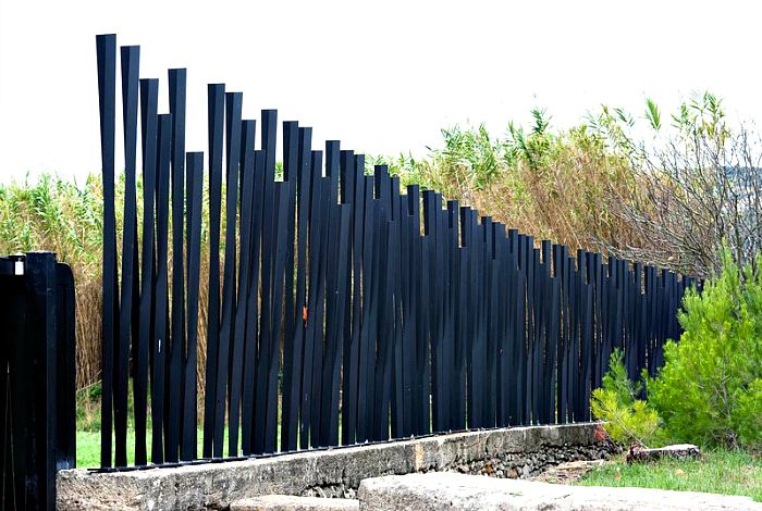 Оригинальный забор из металла. Необычное металлическое ограждение с просветами выглядит, как настоящее произведение современного искусства.