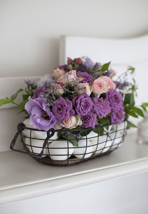 Mesa de Páscoa - decoração com toque provençal em tons de rosa e violeta - arranjo de flores em cesta com ovos ( Decoração: Fabiana Moura | Flores: Bothanique )