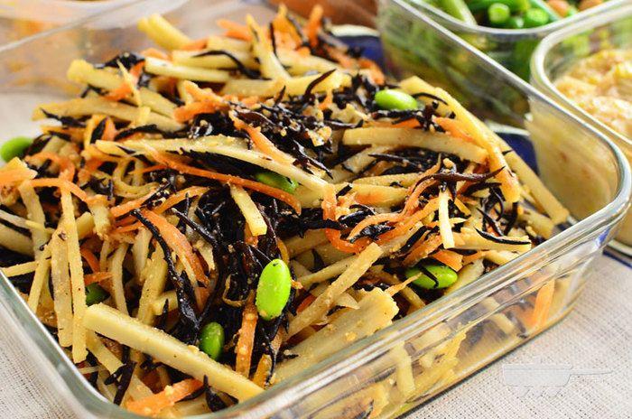 根菜とひじきたっぷりの健康サラダ。ごま油とお酢が味のポイントでさっぱり美味しくいただけます。 戻したひじきに、レンジでチンした根菜を和えるだけの簡単さに加え、日持ちが抜群なのも嬉しいところ。
