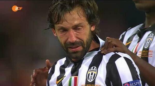 Włoch już nie wygra Ligi Mistrzów • Andrea Pirlo płacze tuż po porażce z FC Barceloną • Zobacz najsmutniejszy moment w futbolu >> #pirlo #juve #juventus #football #soccer #sports #pilkanozna