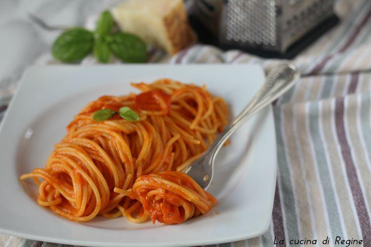 Lo scarpariello antico piatto della cucina napoletana fatto con pochi e semplici ingredienti, pasta sugo e formaggio. Una vera delizia