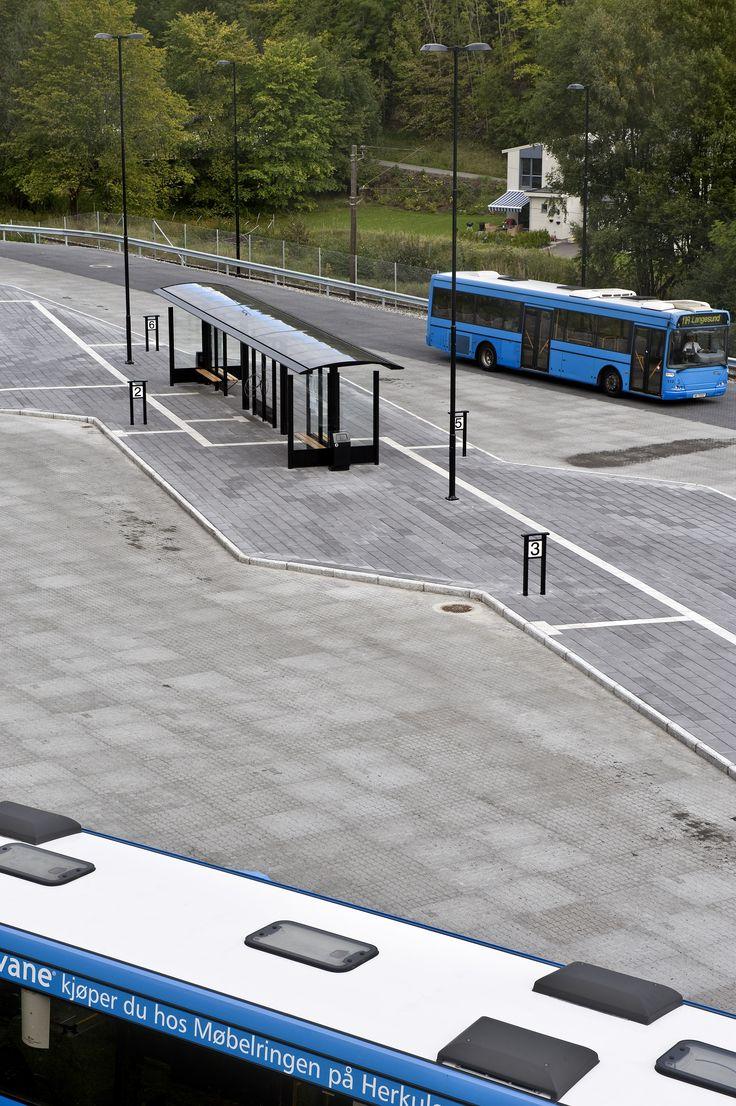 Aaltvedt ledelinjer og heller i kontrast farge til Bussholdeplasser i Grenland.  http://www.aaltvedt.no/produkter/prosjektstein/ledelinjer