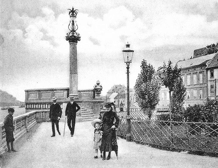 Bratislava  Na začiatku 20. storočia pripomínala Esterházyovcov vyhliadková terasa, približne na mieste, kde dnes Nový most prekrýva chodník nábrežia pozdĺž Dunaja. Na podstavci stĺpu bol veľký grófsky erb Esterházyovcov vytesaný z kameňa. Pripomínal, že túto ozdobu nábrežia daroval mestu gróf Michal Esterházy v roku 1902 pri príležitosti II. poľnohospodárskej výstavy. Po prvej svetovej vojne maják s terasou surovo odstránili, rovnako ako pomník Márie Terézie.