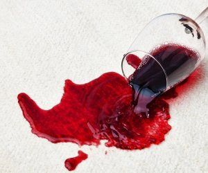 Esta semana os dejamos algunos trucos para eliminar esas inoportunas manchas de vino tinto que suelen caer encima de los manteles blancos recién estrenados para el verano o de nuestra ropa más clara. 1. Utilizar leche hervida - Para sacar una mancha de vino tinto, ponga a hervir un poco de leche, déjela enfriar algunos …