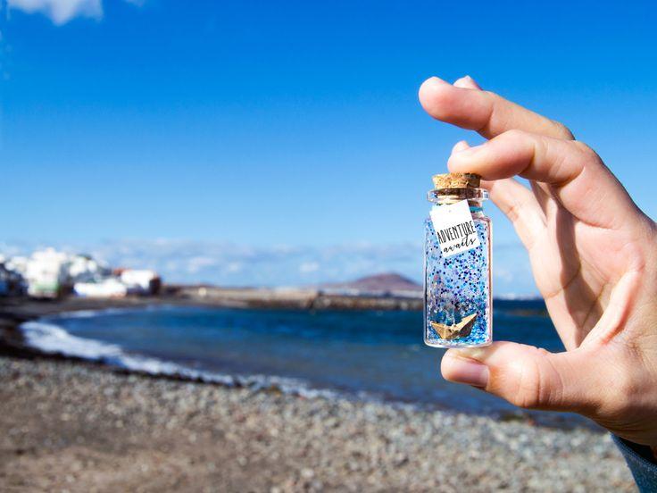 Adventure awaits. Mar. Barco de Origami. Barco de papel. Mensaje en una botella. Miniaturas. Regalo personalizado. Divertida postal de amor. de EyMyMessage en Etsy