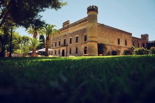 CASTELLO MONACI (Puglia) – A San Pancrazio (Br), nel Salentoshire, il resort è stato ricavato in un caratteristico casale (circondato da vigneti di Primitivo, di Negroamaro, di Malvasia), con porticati, saloni di rappresentanza e camere arredate con raffinata semplicità. Info: castellomonaci.com