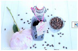 Kaffee Likör  Zutaten (ca. 800 ml): 350 g Wasser 300 g braunen Zucker 5 TL lösliches Espresso Pulver ( hier Nespresso Sticks ) 1 Vanilleschote, halbiert 2 EL Vanille Extrakt 400 g braunen Rum oder Wodka  Zubereitung: Wasser, Zucker, Espresso, Vanille Extrakt und die Schote in einen Topf geben und 8 Min. ca. 80° danach kurz aufkochen. Den Rum zugeben und weitere 4 Min. bei 80°.  Vanilleschote entfernen und Likör in Flaschen abfüllen.