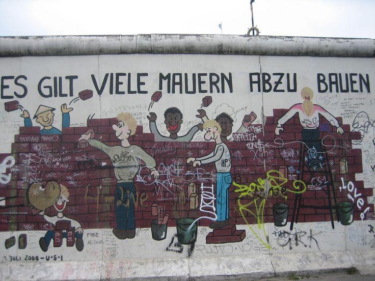 """Um pedaço do Muro de Berlim. Há vários trechos de pé que sobraram como monumento. Neste está escrito: """"Vale demolir vários muros"""""""