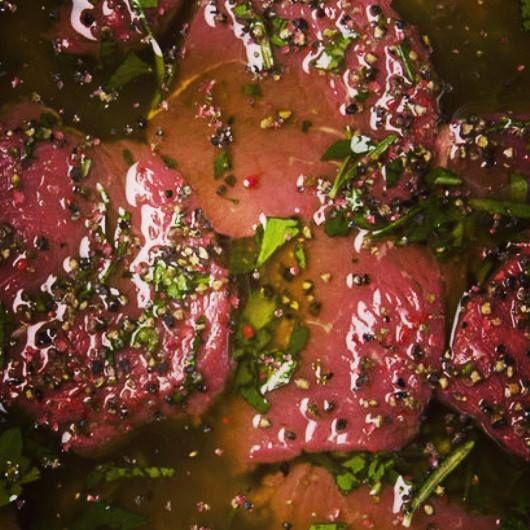 Aunque algunos expertos afirman que adobar la carne para el asado no es necesario, puedes darle un toque especial a tu punta de anca si la remojas en cerveza dos horas antes de la parrilla.