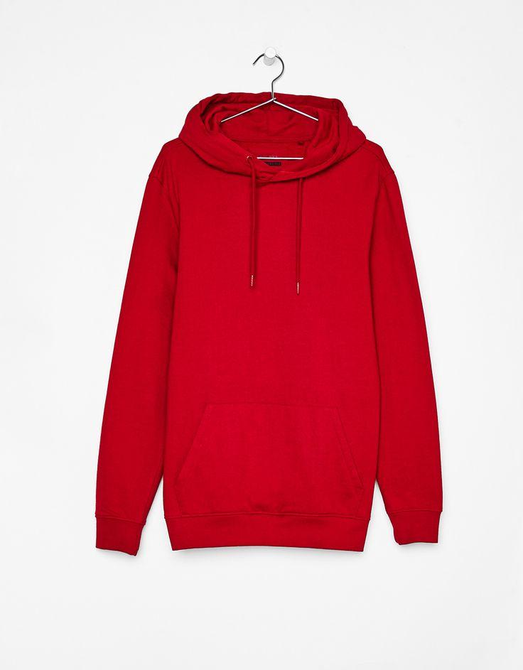 Sudadera roja con capucha.