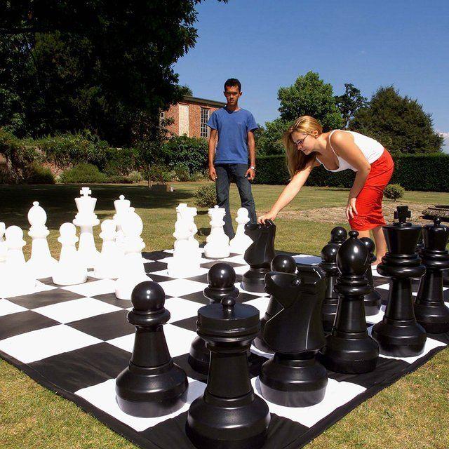 Si eres una persona a la que le gusta todo gigante, aquí tienes este set de ajedrez gigante. Ideal para jugar con tus amigos o tus pequeños en tu jardín!