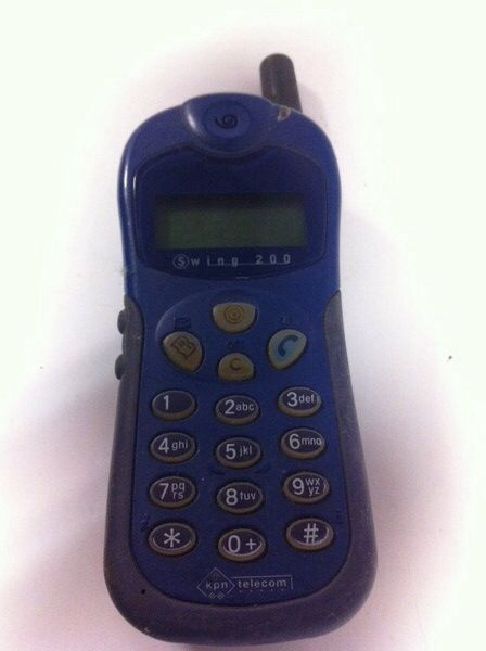Mijn eerste mobiele telefoon. Pocket Swing 200. Model baksteen! Ik kon alleen buiten sms'jes sturen vanaf de hoek van de straat.
