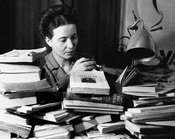 """""""Ser libre es querer la libertad de los demás"""". Es una frase de Simone de Beauvoir, escritora, profesora y filósofa francesa que nacía #TalDiaComoHoy, un 9 de enero de 1908. ¿Has leído alguno de sus libros? ¿Qué opinas de su obra?  Si no la conoces, ven a la Biblioteca."""