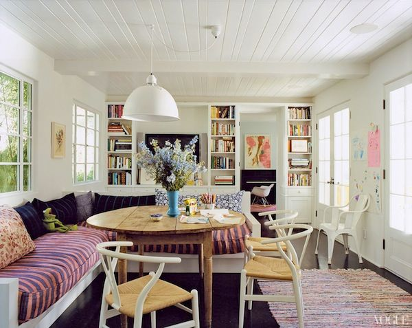 I adore this little breakfast area with the window seat. I especially love the shelves of books in the area.    amanda-peet-house-05_12222080603