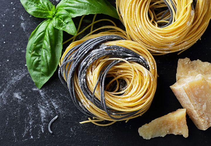 tagliare i pomodori e la mozzarella a dadini, sminuzzare 2cipolle di Tropea. cuocere al forno(200° per 20 min) il cavolfiore e la cipolla ,il basilico e il pomodoro con un filo di olio e un po di acqua. cuocere la pasta mista e toglierla molto al dente. mischiare il composto del cavolfiore alla pasta aggiungendo un po di acqua della cottura e insaporire con sale e pepe. mettere il primo strato di pasta sul fondo di una teglia. al centro versarvi la mozzarella. ricoprire con la pasta…