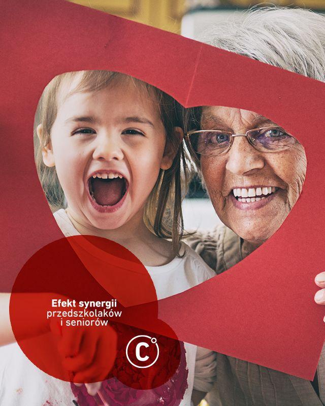 W Seatle zrealizowano ciekawy projekt, polegający na połączeniu domu seniora z przedszkolem. Okazało się, że zarówno dzieci, jak i seniorzy czerpią z tego konkretne korzyści. Dzieci szybciej rozwijają się emocjonalnie, wchodząc w kontakt z tamtejszymi babciami i dziadkami, z drugiej strony ożywiają placówkę swoją energią. Wszyscy uczą się opiekowania się sobą wzajemnie, co owocuje tym, że seniorzy czują się potrzebni maluchom - w końcu maluchy bardzo lubią być rozpieszczane przez dziadków i…