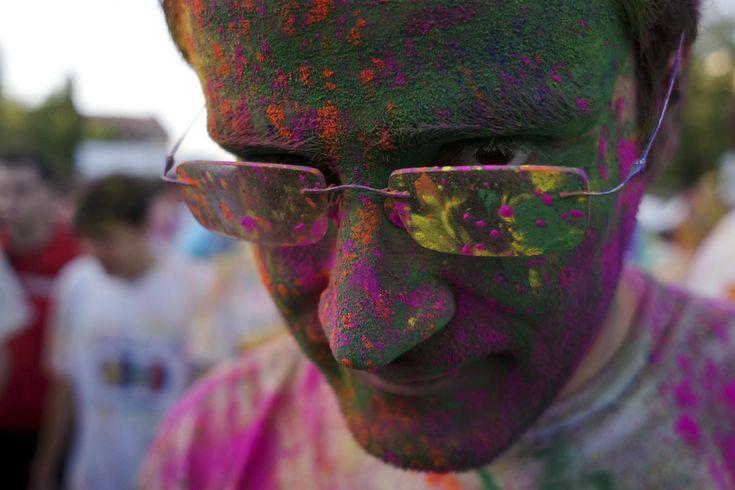 """Evenimentul """" The Color Run"""", cunoscut şi ca Un bărbat pozează, la finalul maratonului 5K """"Color Run"""", în parcul Tineretului din Bucureşti, sâmbătă, 26 aprilie 2014. (  Cristian Munteanu / Mediafax Foto  ) - See more at: http://zoom.mediafax.ro/people/the-color-run-bucuresti-2014-12533962#sthash.zbBgamYv.dpuf"""