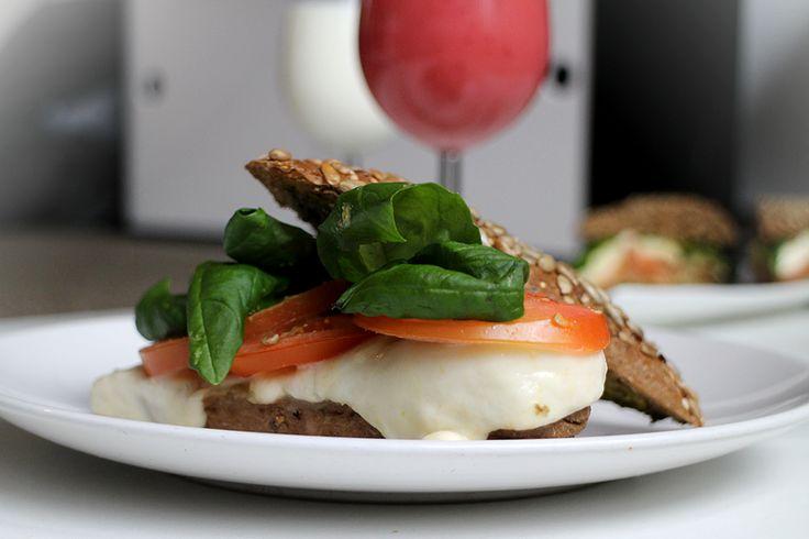 Broodje mozzarella met tomaat en basilicum