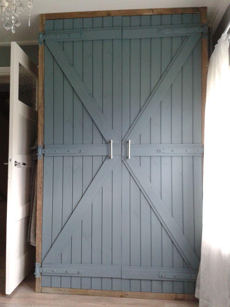 Zelfgemaakte kledingkast van steigerhout. De deuren zijn gemaakt van kraaldelen en geverfd met matte muurverf van Gamma in de kleur Arduin.