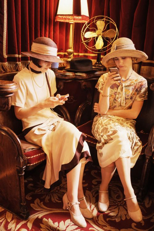 (Gotta love this anachronism) Downton Abbey: Behind the Scenes....the cellphones seem so wrong in this pictures :/