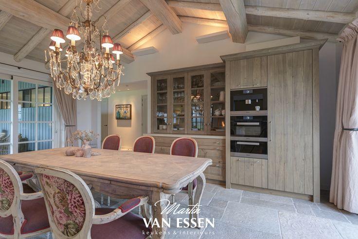 Wij zijn het nieuwe jaar goed begonnen met deze prachtige landelijk en rustieke keuken. De keuken is uniek door het prachtige keukenblad dat ontstaan in na een combinatie van eikenhout en beton. Deze geheel op maat gemaakte, en naar de wens van de klant gecreëerde keuken past dan ook precies in het huis én de omgeving.