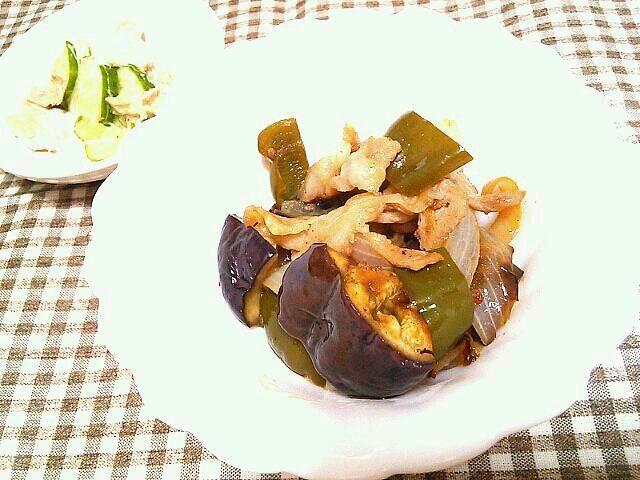 冷蔵庫の余り物の豚バラ、なす、ピーマン、玉ねぎで南蛮風に炒めた一品☆ - 1件のもぐもぐ - 豚バラの南蛮風、ツナサラダ by ririri25