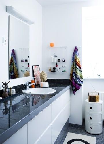 Smart måde at gøre et moderne badeværelse personligt (fra boligmagasinet.dk)
