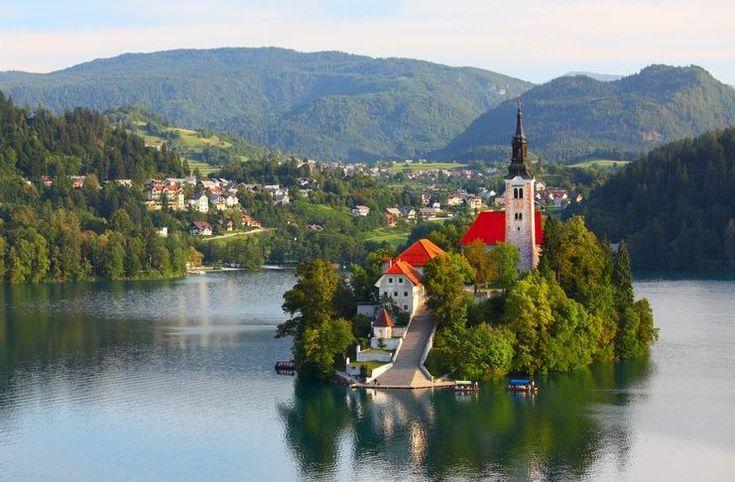 Στα 22 πιο γραφικά χωριά της Ευρώπης συμπεριλαμβάνει τη Φολέγανδρο ένα από τα μεγαλύτερα ταξιδιωτικά περιοδικά στον κόσμο, το Travel + Leisure.
